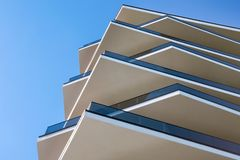 Construction moderne Immeuble de bureaux moderne avec la façade du verre Architecture en acier et en verre de gratte-ciel ayant b photo libre de droits