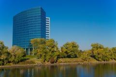 Construction moderne sur le fleuve Images libres de droits