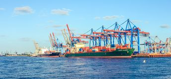 Construction navale de chantier naval et de port avec le navire porte-conteneurs de machine et de grue à Hambourg Allemagne image libre de droits