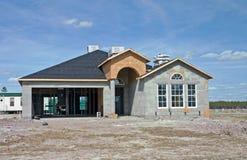 Construction neuve de maison de bloc concret Image libre de droits