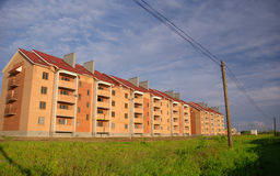 Construction neuve sur un fond de ciel bleu Photographie stock libre de droits