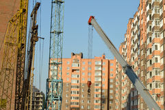 Construction of the new brick building by means of the elevating Royalty Free Stock Images