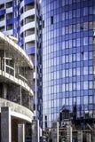 Construction nouvelle une conception et des bâtiments prêts de verre photos stock