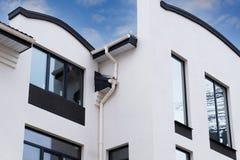 Construction nouvellement installée de système de gouttière de pluie sur le toit de la maison de cadre Photographie stock