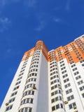 Construction orange colorée neuve, ciel bleu, nuages Photographie stock