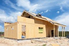 Construction ou réparation de maison avec l'isolation, les gouttières, les fenêtres, le garage, la cheminée, la toiture, la façad photos libres de droits