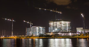 Construction par Tempe Town Lake la nuit Images libres de droits