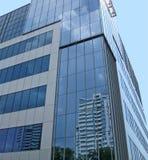 Construction r3fléchissante en verre neuve, ciel bleu Photographie stock