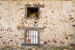 Construction rurale de meule de foin de fenêtre ou de bouche image libre de droits