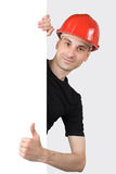 Construction worker with a blank sign Royalty Free Stock Photos