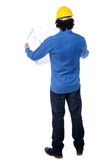 Construction worker with blueprint plan Royalty Free Stock Photos