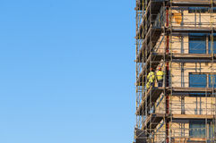 Construction workers on scaffold Royalty Free Stock Images