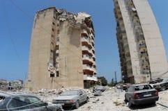 Constructions bombardées en pneu photo stock