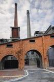 Constructions chinoises d'usine des années 50 avec des cheminées Photo libre de droits