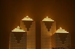 Constructions commerciales la nuit Images stock
