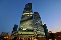 Constructions d'affaires de la Chine Changhaï dans la nuit Image libre de droits