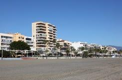 Constructions de bord de mer à Estepona, Espagne photographie stock libre de droits