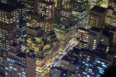 Constructions de New York la nuit Photos libres de droits