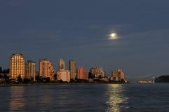 Constructions du nord de bord de mer de Vancouver à la lever de la lune Photo stock