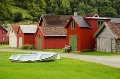 Constructions en bois colorées et le bateau Photographie stock libre de droits