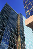 Constructions en verre et en acier bleues Photo libre de droits