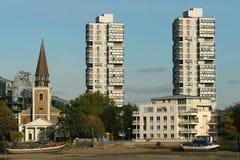 Constructions et église jumelles modernes Photographie stock libre de droits