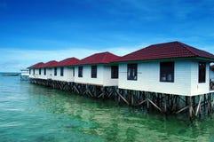 constructions logeantes rayées sur la plage Image libre de droits