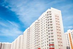 Constructions modernes sur le fond de ciel bleu Photos libres de droits