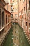 Constructions reflétées dans un canal latéral, Venise Italie Photographie stock libre de droits