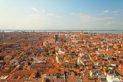 constructions Rouge-couvertes à Venise, Italie Images libres de droits