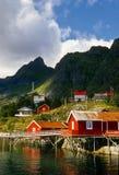 Constructions rouges, îles de Lofoten, Norvège Image stock