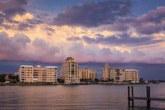 Constructions urbaines de bord de mer au coucher du soleil Photographie stock