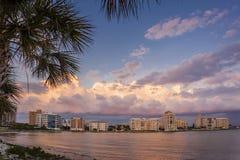 Constructions urbaines de bord de mer au coucher du soleil Image libre de droits
