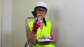 Constructor atractivo de la mujer almacen de video