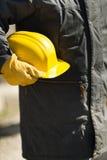 Constructor con el casco de protección amarillo fotografía de archivo libre de regalías