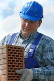Constructor con el ladrillo hueco Fotografía de archivo libre de regalías
