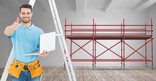 Constructor con la escalera y ordenador en la fuente del andamio 3D Imagen de archivo libre de regalías