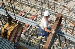 Constructor con la viga de acero fotografía de archivo libre de regalías