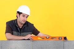 Constructor con un nivel de alcohol Foto de archivo libre de regalías