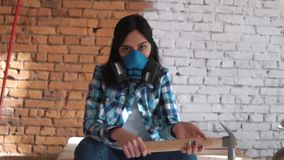Constructor de la muchacha con el martillo metrajes