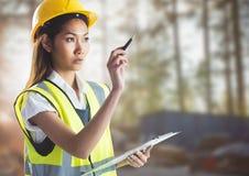 Constructor de sexo femenino con el tablero contra solar borroso Fotos de archivo libres de regalías