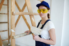 Constructor de sexo femenino Doing Plaster Works Imagenes de archivo