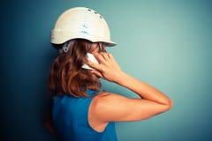 Constructor de sexo femenino joven en el teléfono fotos de archivo