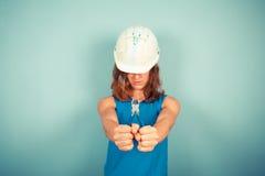 Constructor de sexo femenino joven que sostiene los alicates fotos de archivo libres de regalías
