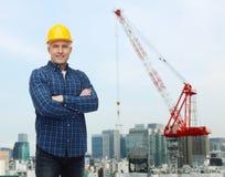 Constructor de sexo masculino sonriente o trabajador manual en casco Imagenes de archivo