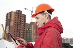 Constructor del ingeniero en casco en el emplazamiento de la obra Imagenes de archivo