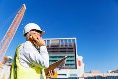 Constructor del ingeniero en el emplazamiento de la obra Imágenes de archivo libres de regalías