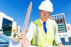 Constructor del ingeniero en el emplazamiento de la obra Imagen de archivo libre de regalías