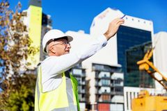 Constructor del ingeniero en el emplazamiento de la obra Fotos de archivo libres de regalías