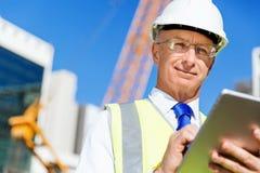 Constructor del ingeniero en el emplazamiento de la obra Foto de archivo libre de regalías